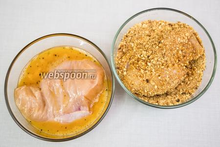 Каждую грудку обмакиваем с двух сторон в яйцо, затем так же — с двух сторон в арахисовую смесь, чуть придавливая панировку пальцами.