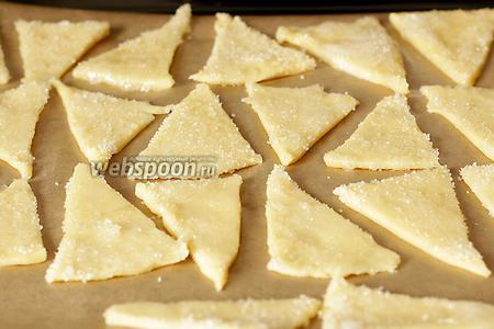 Если нет пекарской бумаги, то противень лучше обсыпать мукой. Выпекать в хорошо разогретой духовке 10 минут при 200-220ºC.