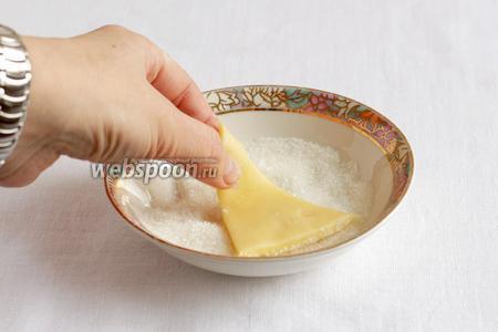 Затем эту же сторону обмакнуть  в сахар и выложить на противень.