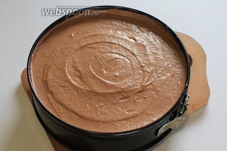 Достать форму с шоколадным бисквитом, переложить крем, разровнять. Отправить в холодильник на 6 часов и более.