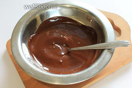 Пока остывает корж, приготовить крем. Растопить на водяной бане шоколад.