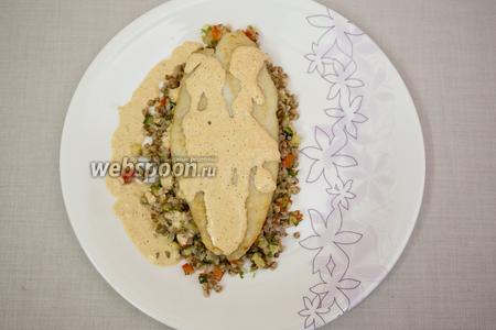 На тарелку выкладываем гречку, на неё — рыбу и поливаем соусом. Подаём тёплым. Приятного аппетита!
