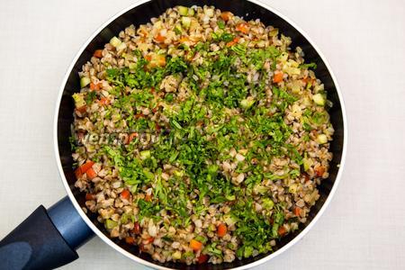 Кинзу мелко нарежем и добавим в гречнево-овощную смесь. Отставим.