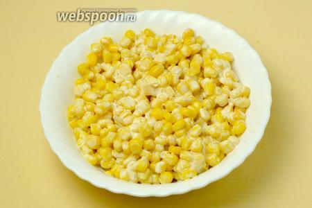 Сливаем жидкость с консервированной кукурузы, добавляем майонез.