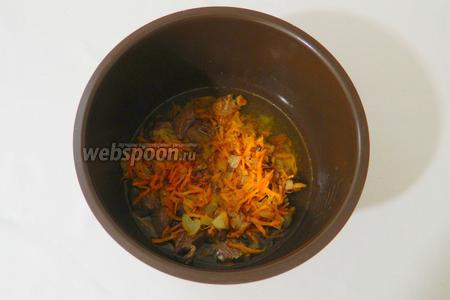 В чашу мультиварки высыпаем мясо и зажарку. Добавляем стакан воды и готовим в режиме «Суп» 40 минут.