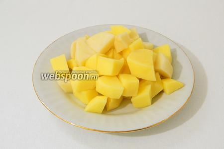 Картофель очищаем от кожуры, нарезаем на кубики, моем под проточной водой.