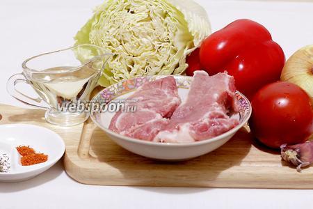 Для приготовления жареной свинины с овощами потребуются такие продукты: свинина, капуста пекинская, лук, чеснок, перец сладкий, помидор, специи, соль, масло подсолнечное.