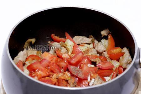 Когда свинина станет мягкой добавить помидор, оставшийся зубчик чеснока и специи. Попробовать на соль и жарить ещё 7 минут.