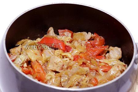 Свинина с овощами готова. Осталось только посыпать её свежей зеленью и подавать.