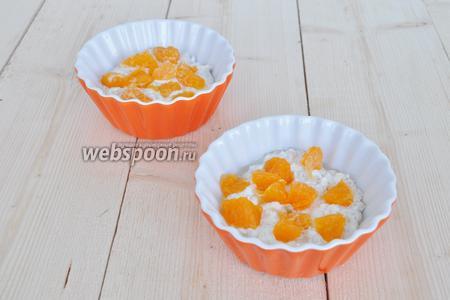 Выложите резанные мандариновые дольки на массу.