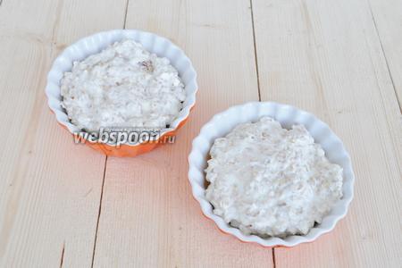 Заполните формы оставшейся творожно-овсяной массой. Выпекайте в духовке при 190°C 25-20 минут.