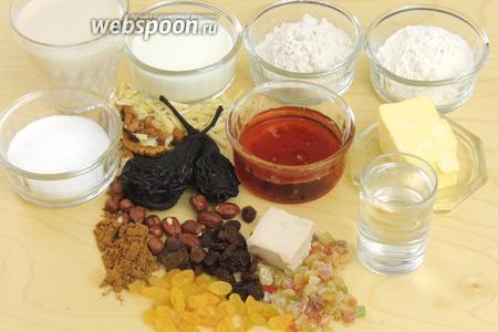 Подготовим ингредиенты: муку, масло, сахар, кислое молоко, молоко, шнапс, вяленые груши, сливы, изюм, орехи лесные, грецкие, миндаль, концентрированный (сгущенный) грушевый сок, дрожжи и пряности.