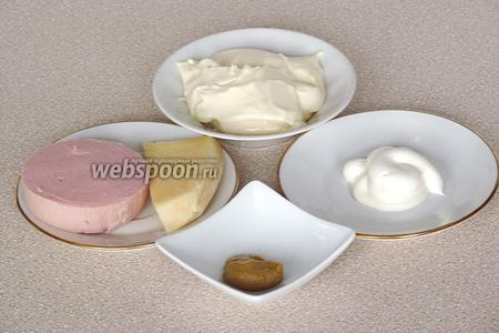 Для приготовления начинки профитролей нужно взять мягкий плавленый сыр, варёную колбасу и готовую горчицу. Для оформления изделий нужно взять майонез и твёрдый сыр.
