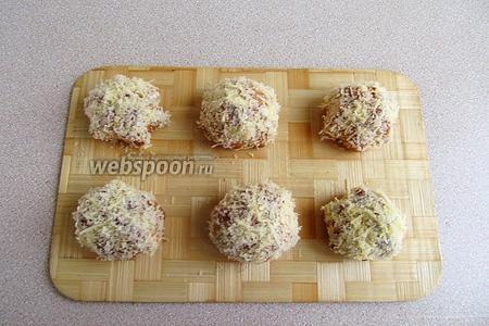 Верх пирожных густо смазать майонезом и обвалять в мелко натёртом сыре.
