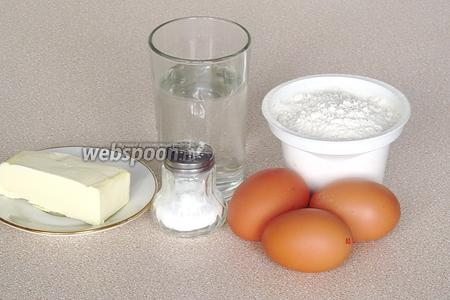 Для приготовления теста нужно взять муку пшеничную высшего сорта, сливочное масло, куриные яйца, воду и соль.