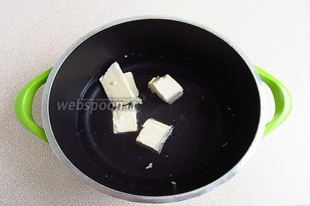 Воду вылить в кастрюлю, добавить масло и соль.