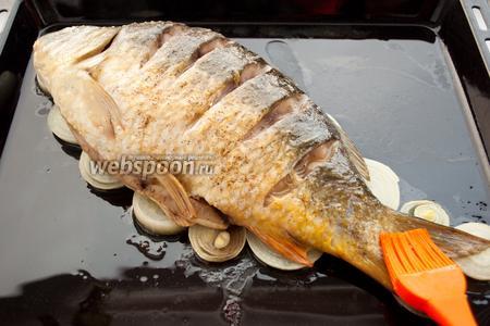 Намажьте рыбу взбитым яйцом, включая надрезы, но не слишком много, чтобы яйцо не стекло и не подгорело. Отправьте карпа обратно в духовой шкаф.