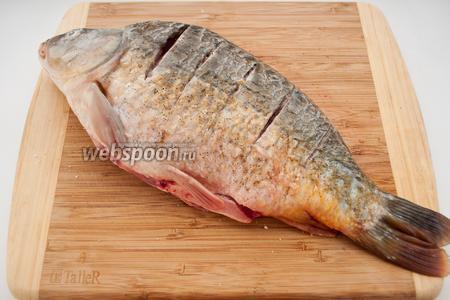 Натрите рыбу солью, а затем присыпьте чёрным перцем.