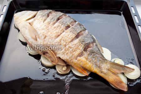 Через 25 минут запекания, достаньте противень с рыбой.