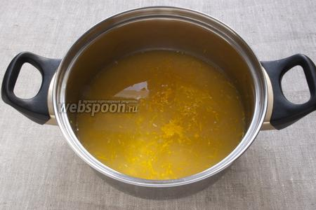 Выдавить из апельсинов и лимона сок. Добавить цедру и воду.