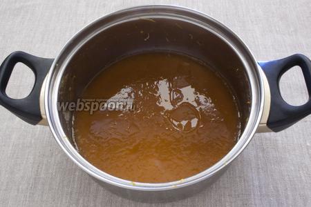 Пропустить через ситечко. Добавить сахар и варить ещё полчаса. Капелька горячего джема должна медленно стекать на блюдце.