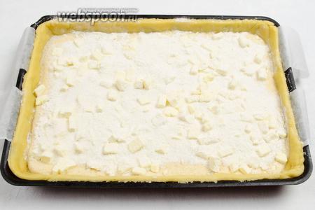 Посыпать тарт сверху крошкой. Поставить в горячую духовку. Выпекать в течение 40-45 минут при температуре 175 °C.