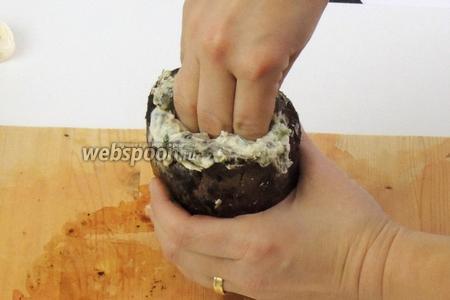 Мясо уже отдохнуло и его можно приправить по вкусу солью и перцем. Затем плотно фаршируем «карманчики» половиной начинкой. Сразу наполняем так же второй кусок мяса.