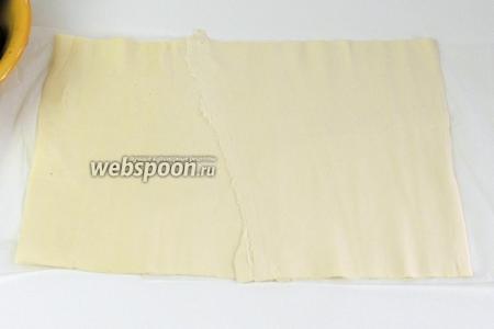Делим тесто на 2 одинаковые части. Раскатаем одно тесто на пекарской бумаге в прямоугольник около 25-35 см.