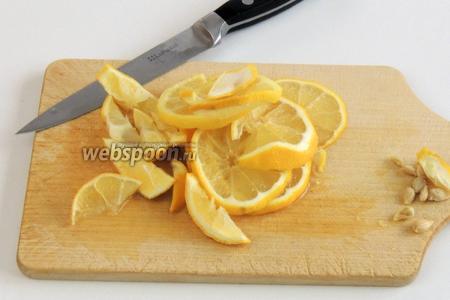 Этим временем занимаемся грушами. Лимон нарезаем на кружки.