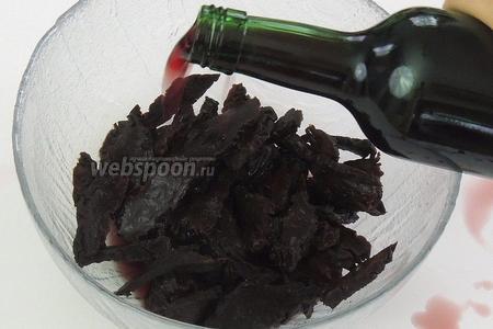 Нерезаем пластинками вяленые груши и заливаем их вином. Так же оставим постоять. Как понадобится груша, сливаем вино в чашку, отставим в сторону.