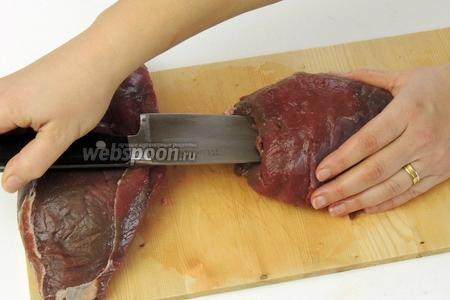 Этим временем работаем с олениной. Шницель режем на 2 половины так, чтоб волокна были вертикально. Острым ножом прорезаем на всю длину куска отверстие так, чтобы «глубокий карманчик» был вдлину и только с одним отверстием.