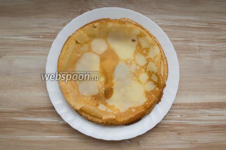 Жарить с двух сторон до образования румяного цвета. Готовые блины сложить стопкой на тарелке.