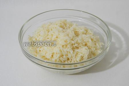 Рис промываем под проточной воды и замачиваем на 15 минут.
