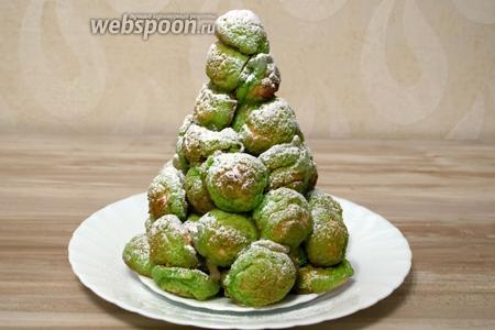 И чтобы придать ёлки заснеженный вид припудрим сахарной пудрой. Из предложенного количества ингредиентов получится 2-3 таких ёлочки.