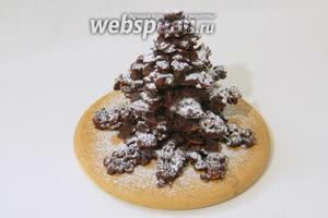 Шоколадную ёлку посыпаем сахарной пудрой и подаём.