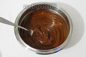 Шоколад растапливаем на водяной бане, добавляем в него масло и перемешиваем.