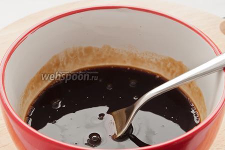 В небольшой миске смешайте ингредиенты маринада: соевый соус, мёд и кетчуп, размешивайте до тех пор пока мёд не растворится.