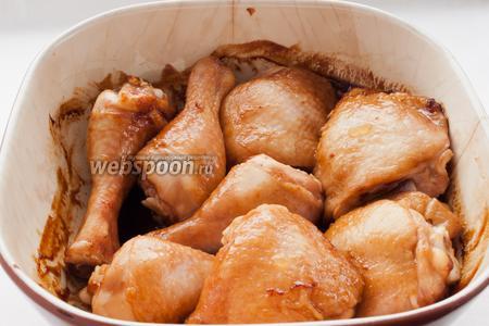 Спустя 25 минут достаньте курицу и переверните каждый кусочек.