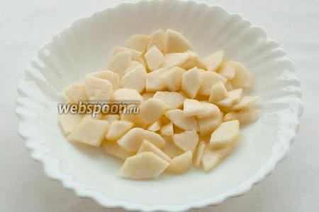 Грушу следует почистить от кожицы и сердцевины, порезать на четвертинки, а затем небольшими ломтиками. Не теряя времени, выдавите на ломтики груши сок половины лимона, для того чтобы она не потемнела.