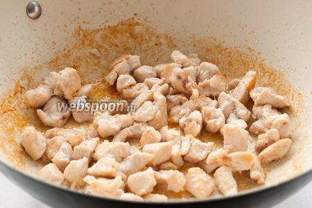 На разогретой сковороде с растительным маслом обжарить куриное филе до золотистой корочки.