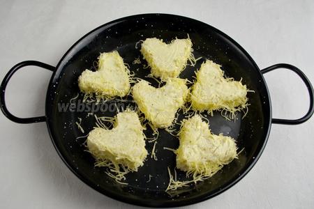 Только боковую часть гренок обвалять в сырной крошке. Выложить в форму и поставить в горячую духовку. Выпекать в течение 15 минут при температуре 170 °C.