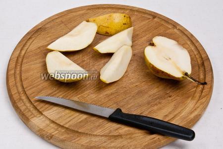 Груши помыть, очистить от сердцевины и нарезать дольками.