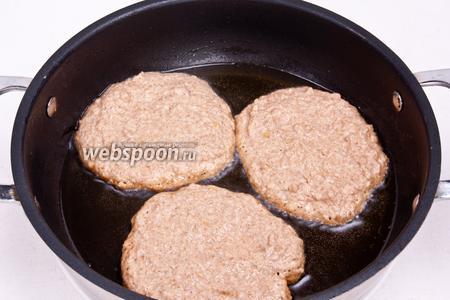 Нагреть сковороду с маслом и накладывать по 1-2 ст. л. теста. Обжаривать оладьи с обеих сторон на среднем огне до золотистой корочки.