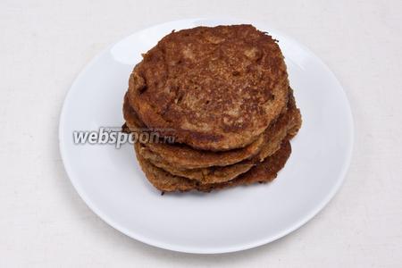 Выложить оладьи на терелку, подавать с мёдом и миндальными лепестками.