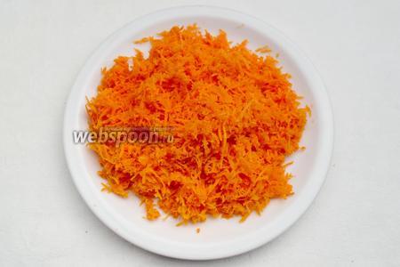 Испечь картофель в духовке, а можно и отварить в кожуре. Натереть мелко морковь. Лишний сок отжать.