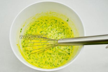 Нарезанный лук засыпать в готовое блинное тесто с добавкой только куркумы. Тщательно перемешать.