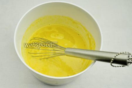 Снова добавлять поочередно понемногу муку и воду. Постоянно легко взбивать массу, разбивая комочки муки. Добавить в конце оливковое масло. Ещё раз перемешать массу с помощью венчика. Оставить тесто на 15 минут.