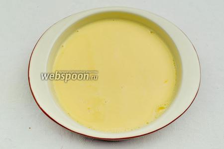 Духовку разогреть до 180 °C. В холодную форму (сковороду) вылить взбитые яйца со сливками.