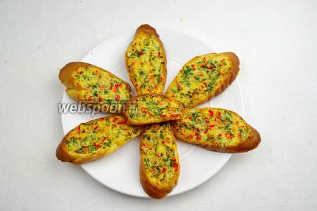 Готовые гренки разложить на блюдо. Подавать к завтраку или к праздничному столу.