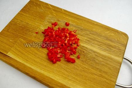 Кубиками нарезать небольшой кусочек красного сладкого перца.